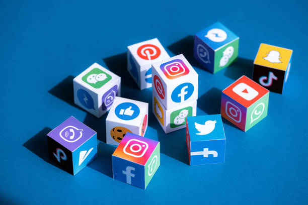 social media apps logotypes printed on a cubes - réseau social photos et images de collection