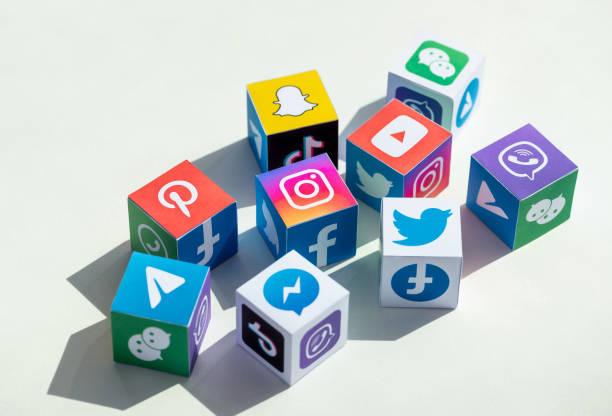 Social Media Apps Logotypen, die auf einem Cube gedruckt werden – Foto