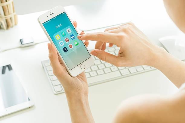 social media apps on apple iphone 6s - linkedin bildbanksfoton och bilder