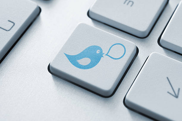 social-media-konzept mit knopf - instant messaging stock-fotos und bilder
