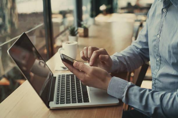 social media, primo piano mani tenendo lo smartphone in bar - dispositivo informatico portatile foto e immagini stock
