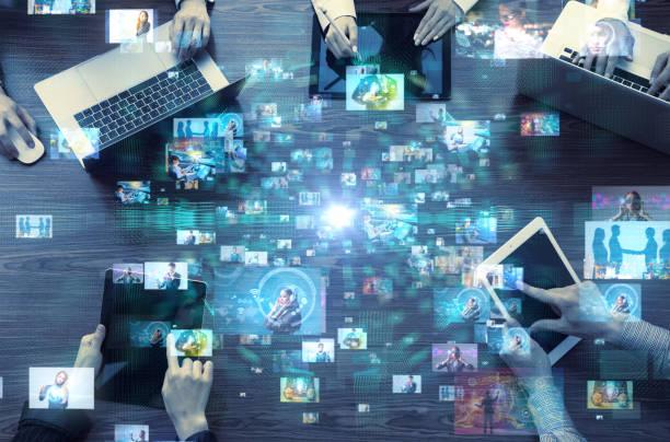 social-media-konzept. social-networking-dienst. video-hosting-website. video-streaming. - große personengruppe stock-fotos und bilder