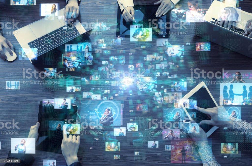 Sociala medier koncept. Tjänst för sociala nätverk. Video hosting webbplats. Strömmande video. bildbanksfoto