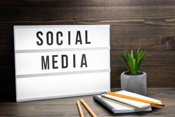 Social Media Konzept. Text im Leuchtkasten – Foto
