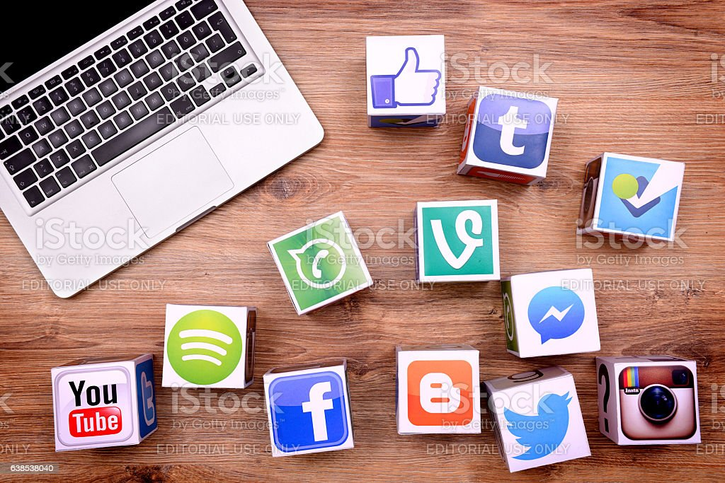 Social media cubes and laptop on desk - foto de stock