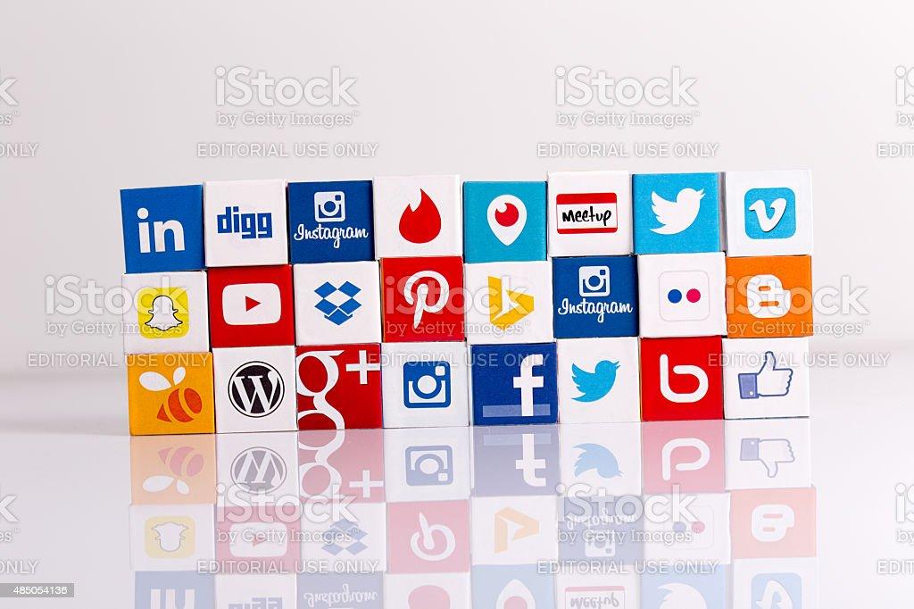 Social Media In Caduta Su Sfondo Bianco Fotografie Stock E Altre