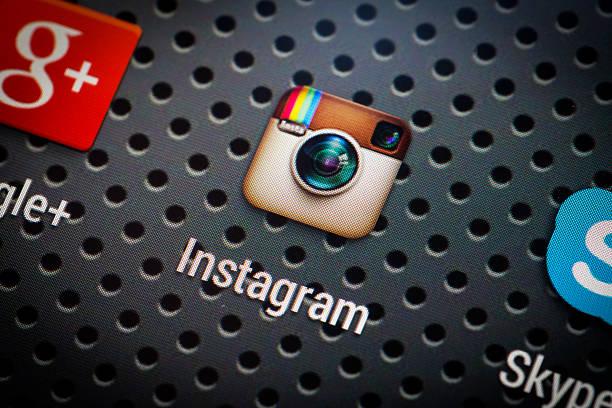 social-media-symbole, die auf dem smartphone-bildschirm. - videos für whatsapp stock-fotos und bilder
