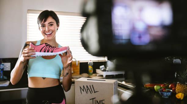 社會媒體對體育鞋的評論 - influencer 個照片及圖片檔