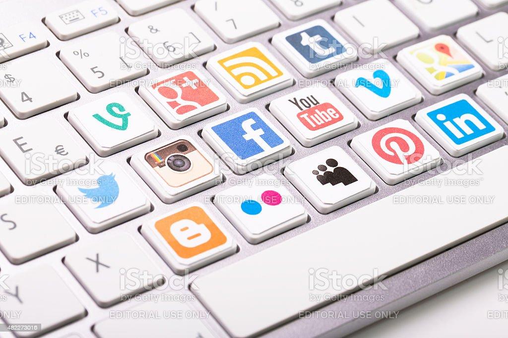 Social media logotype colección impresa y se colocan sobre blanco com - foto de stock