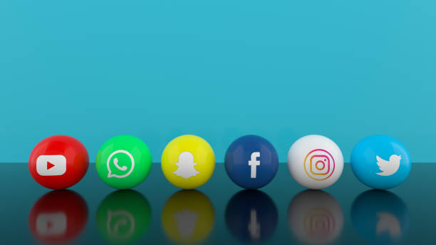 social media services icons mit blauem hintergrund - social media icons stock-fotos und bilder