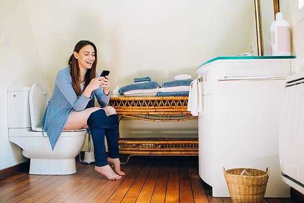 social networking always - cell phone toilet stockfoto's en -beelden