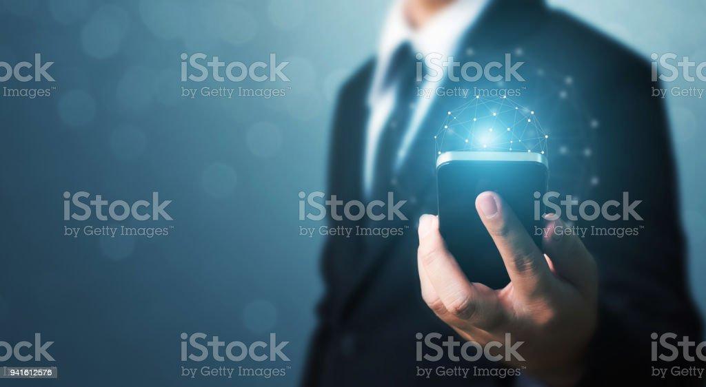 Social Networking und Welt Verbindung Technologiekonzept, Geschäftsmann Hand halten Handys mit globalen Netzwerk-Verbindung – Foto