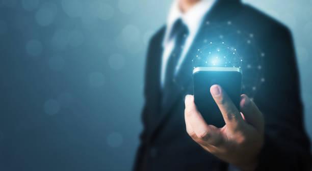 sociala nätverk och världen teknik anslutning koncept, affärsman handen håller mobiltelefon med globala nätverksanslutning - jorden nyheter bildbanksfoton och bilder