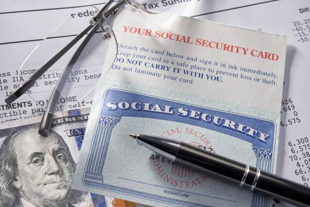 Sozialversicherungskarte mit Geldstift und Brille: 100 Dollar – Foto