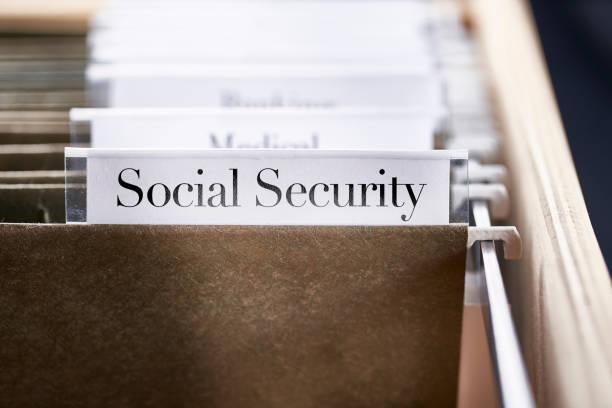 Sozialversicherung: Akten und Ordner in Schreibtischschublade mit Etiketten und Registerkarten: Home Office Management – Foto