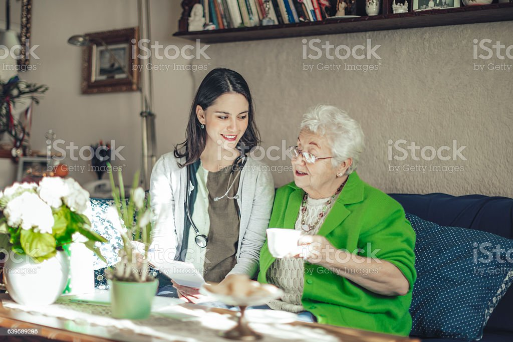 Social worker is visiting a senior woman at home – Foto