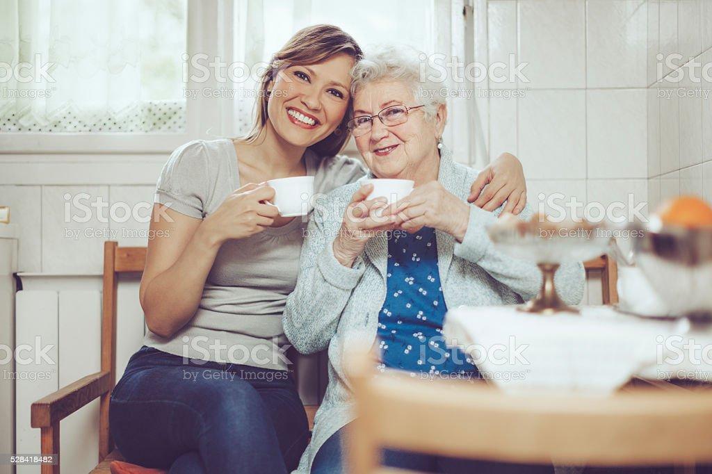 Trabajador Social está de visita en una mujer mayor - foto de stock