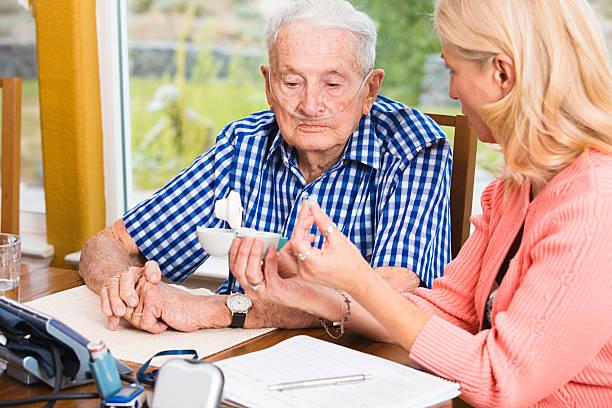 Sozialarbeiter Unterricht ältere Mann wie Sie medizinische Ausrüstung – Foto