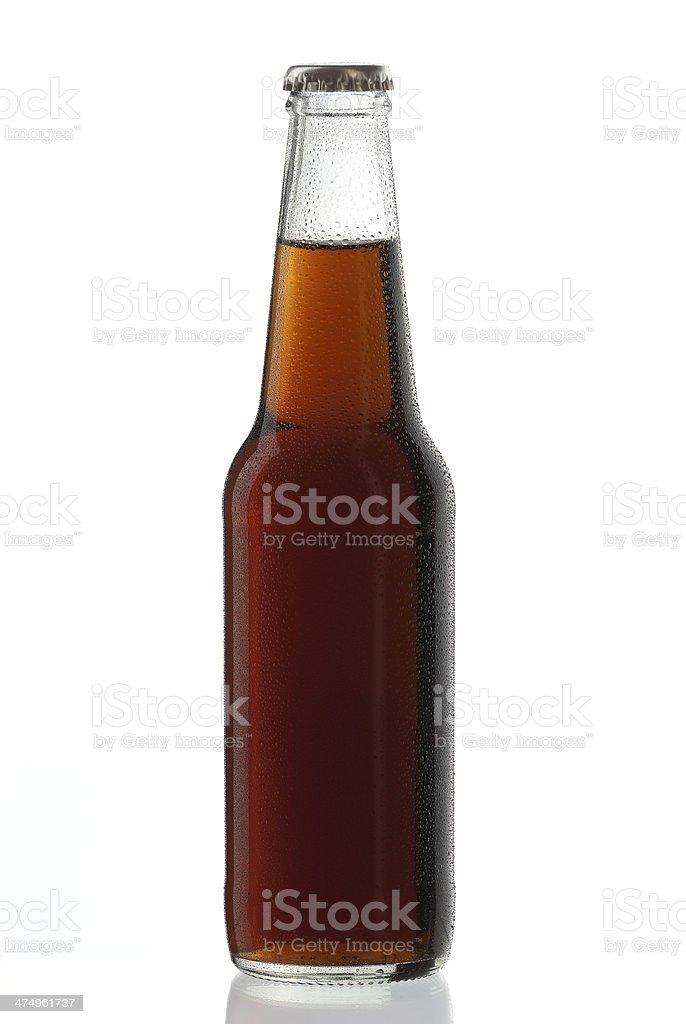 Botella de gaseosa bebida sin alcohol Cuba libre con gotas de agua - foto de stock
