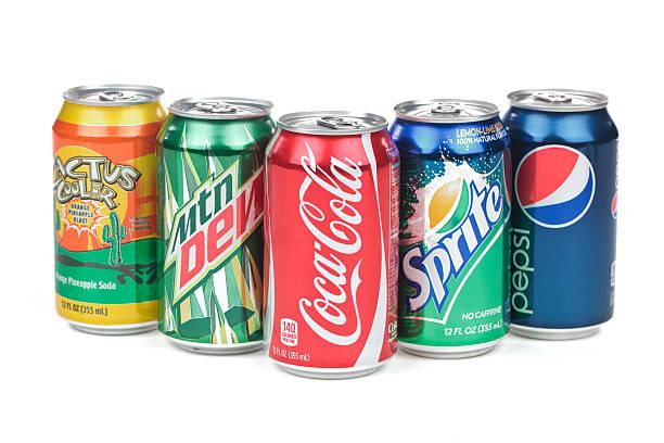 soda-dosen, die isoliert auf weißem hintergrund - alkoholfreies getränk stock-fotos und bilder