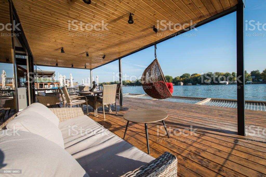 Chaise Canapé Et Hamac Sur La Terrasse à Côté De La Rivière Photos