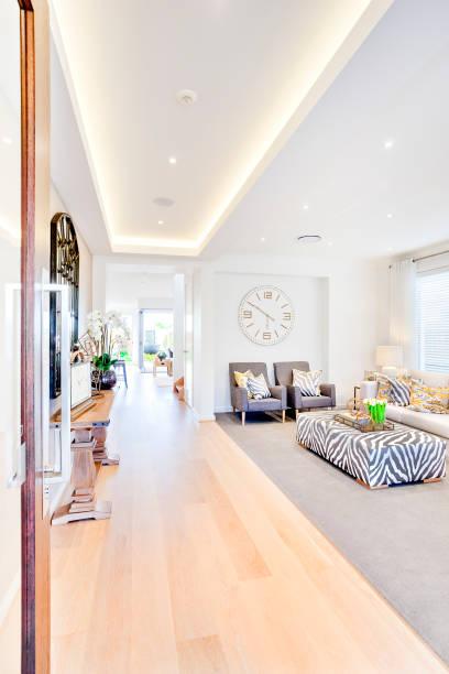Sofastühle und ein Mitteltisch im Wohnzimmer – Foto