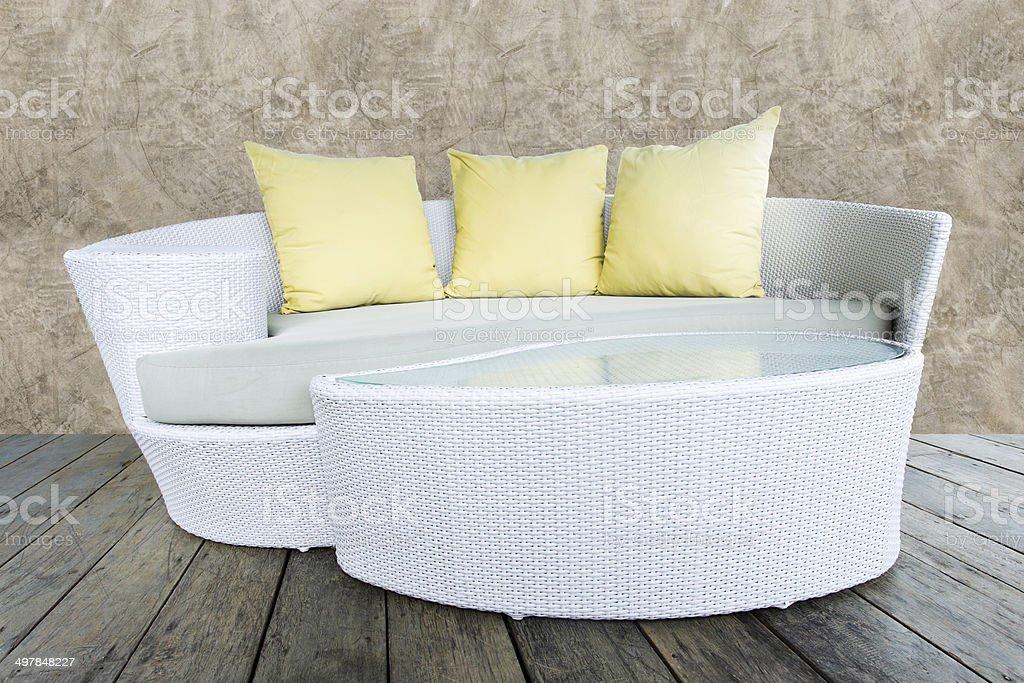 ccf39a7adb Divano in tessuto in bambù Arredi Poltrona con bastone giallo cuscini foto  stock royalty-free