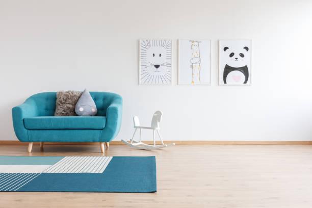 sofa im hellen kinderzimmer - kinderzimmer wand stock-fotos und bilder