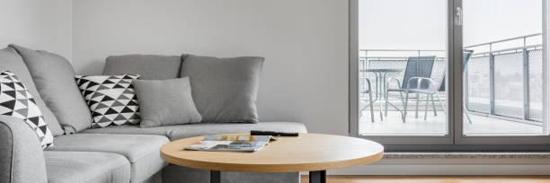 sofa im zimmer mit terrasse - kleiner couchtisch stock-fotos und bilder