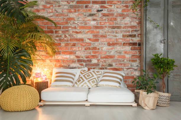 sofa gemacht von paletten - meditationsräume stock-fotos und bilder