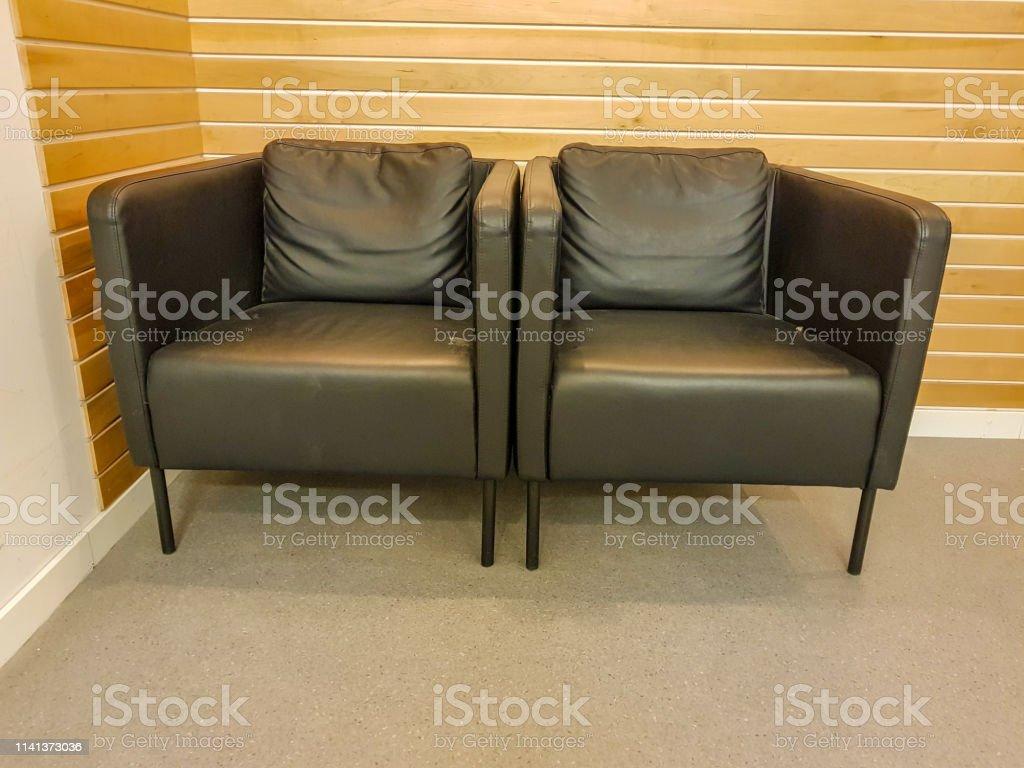 Sofá De Dos Módulos En Oficina Con Pared De Madera Foto De