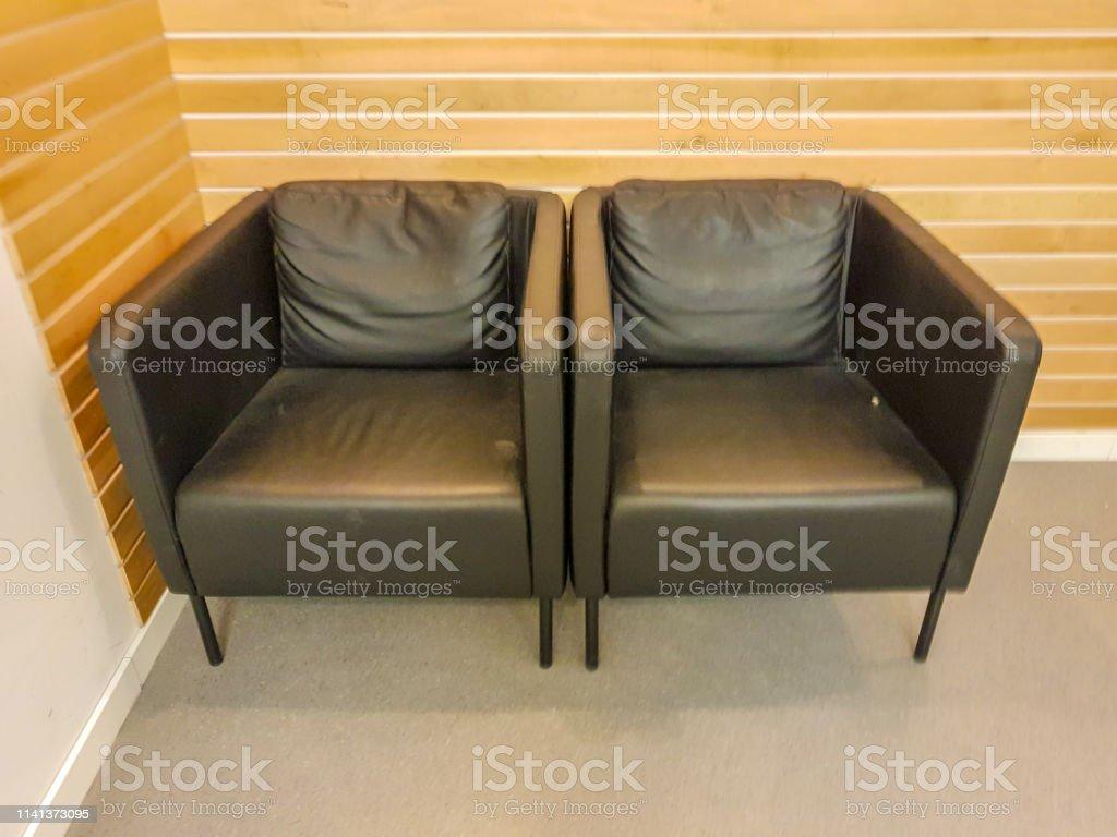 Sofá De Dos Módulos En Oficina Con Pared De Sofá De Madera