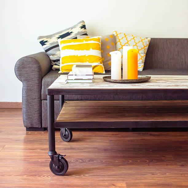 sofa - kleiner couchtisch stock-fotos und bilder