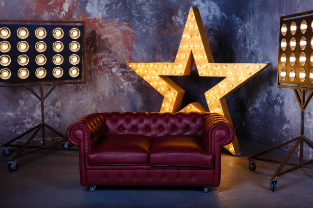 soffa stjärna lampa - celebrities of age bildbanksfoton och bilder