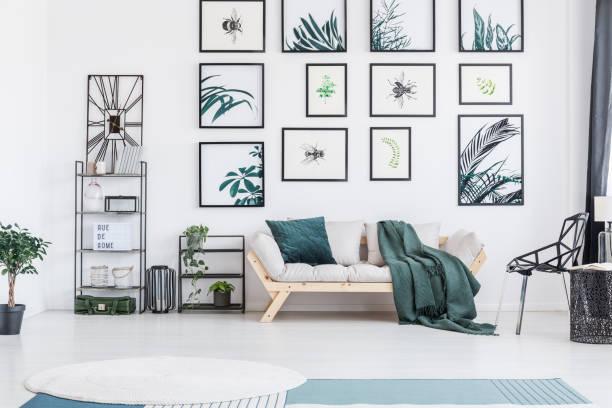 sofa mit kissen - uhrenhalter stock-fotos und bilder