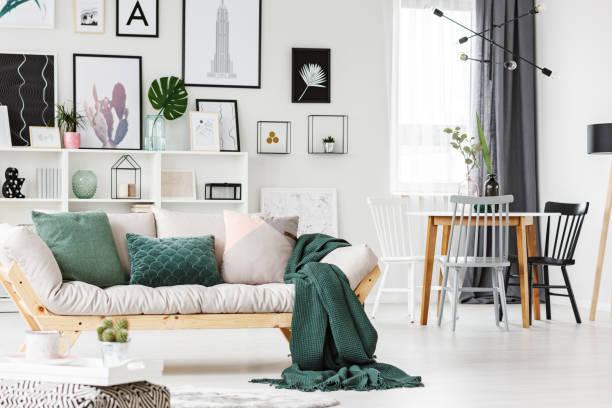sofa mit kissen und decke - kissen grün stock-fotos und bilder