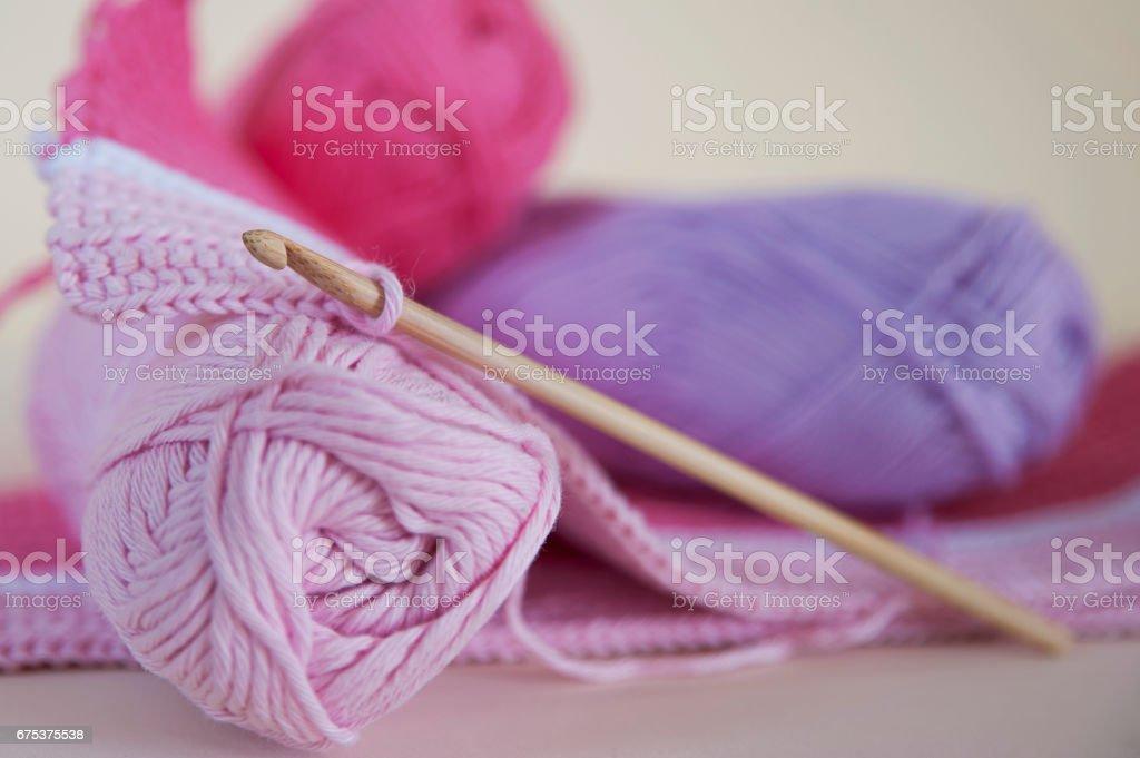 Suave, bebé rosa hilo para tejer o hacer punto - foto de stock