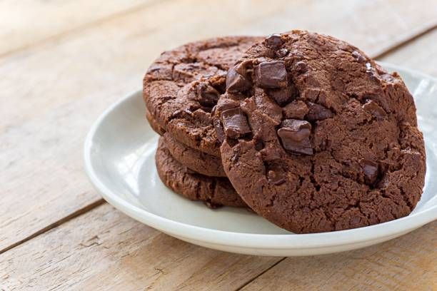 weiche gebackene schokoladenkekse in weißer teller, close up bilder - schokoladenplätzchen stock-fotos und bilder