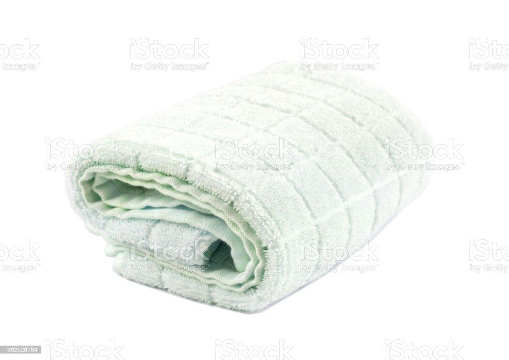 toalha de banho macia enrolada sobre um fundo branco e isolado - Foto de stock de Algodão - Material Têxtil royalty-free
