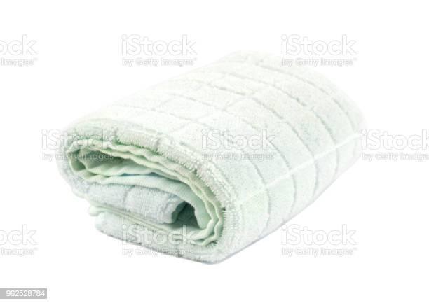 Foto de Toalha De Banho Macia Enrolada Sobre Um Fundo Branco E Isolado e mais fotos de stock de Algodão - Material Têxtil