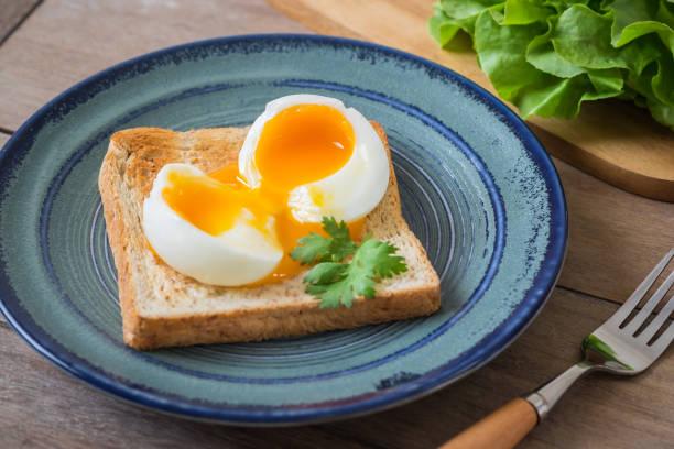 weich gekochtes ei mit toast auf blaue platte - low carb süßigkeiten stock-fotos und bilder