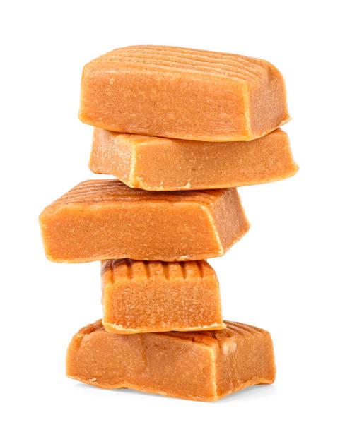 zachte karamelsnoepjes geïsoleerd op een witte achtergrond - kauwgomachtig stockfoto's en -beelden