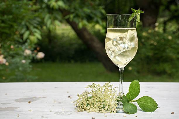 erfrischungsgetränk von holunderblüten-sirup, saft, wein und limonade - weißer holunder stock-fotos und bilder