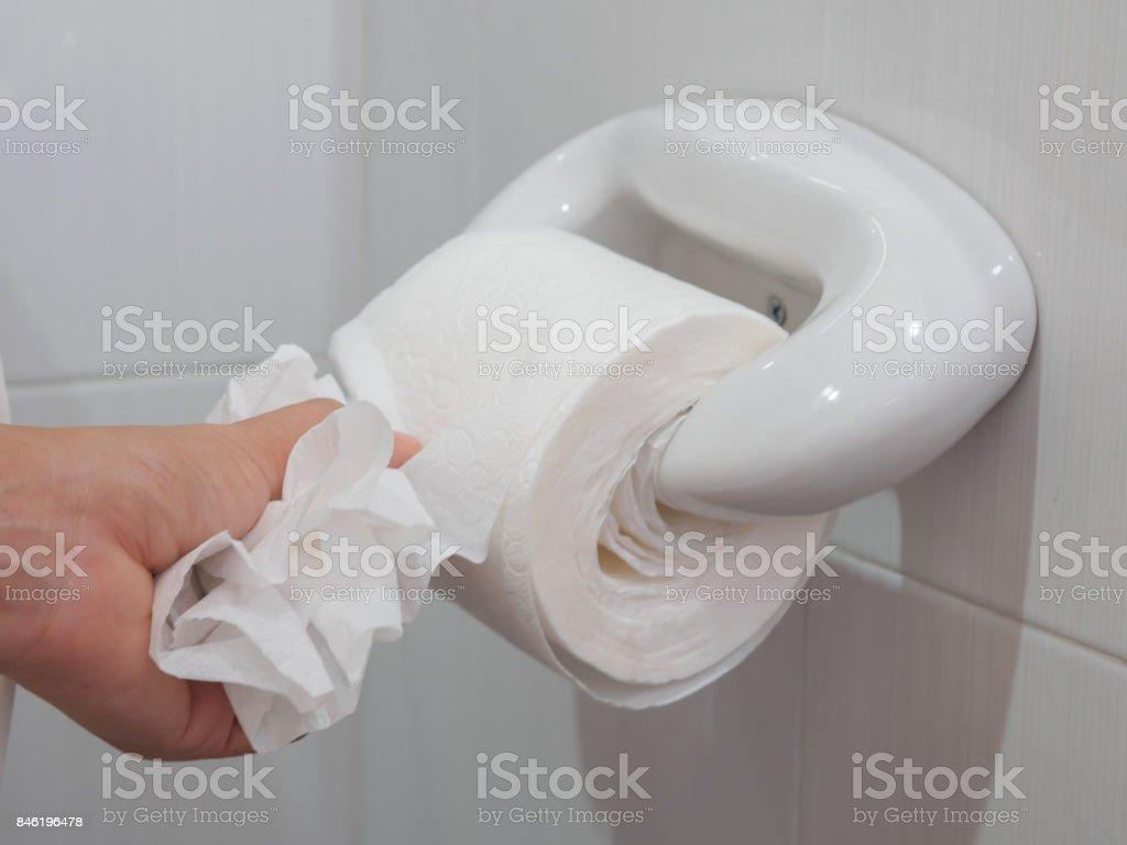 Comment Rouler Les Serviettes De Bain photo libre de droit de main femme flou choisir un tissu