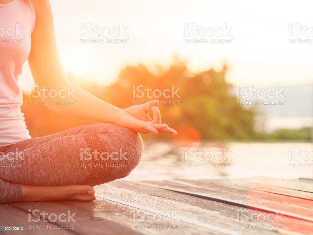 Soft-Fokus von Frau Yoga Finger auf den Händen vor der Fluss oder Meer Natur Hintergrund handeln. – Foto