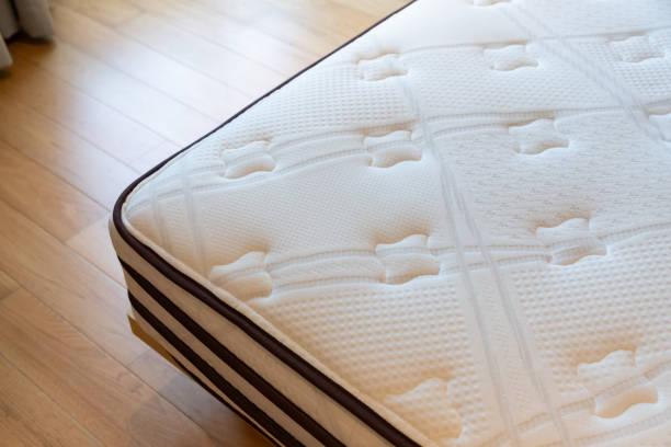 matelas mou, acariens sur le lit, concept : allergie dans la chambre à coucher. - matelas photos et images de collection