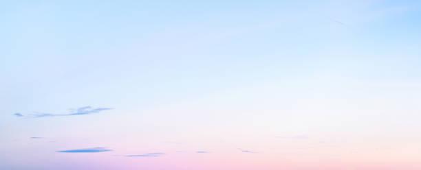 weicher pastellfarbenen abgestuften himmel bei sonnenuntergang im winter-panoramaformat - schönen abend bilder stock-fotos und bilder
