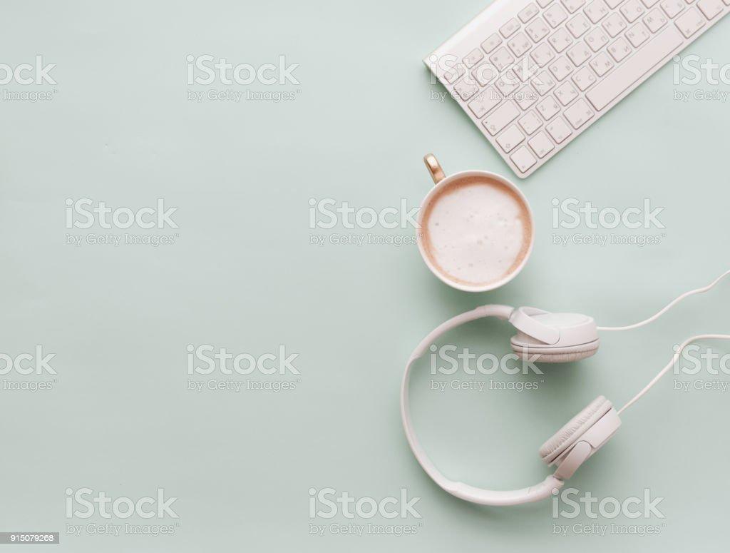 Macio Pastel estilo mesa cenas com fones de ouvido, café e teclado - foto de acervo