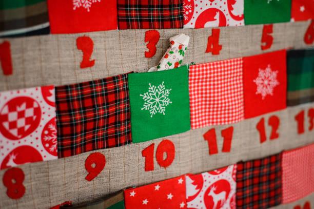 calendrier de noël textile doux avec des poches sur le mur - calendrier de l'avent photos et images de collection