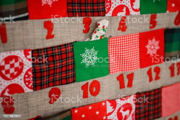 Photo libre de droit de Calendrier De Noël Textile Doux Avec Des Poches Sur Le Mur banque d'images et plus d'images libres de droit de Affiche